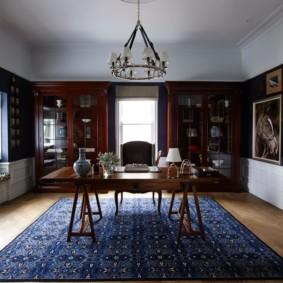 Белый потолок в комнате британского стиля