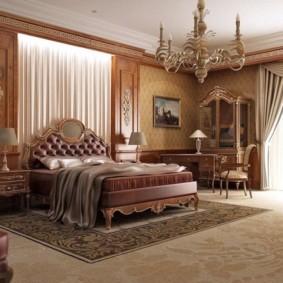 Просторная спальня с широкой кроватью