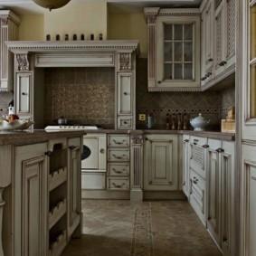 Деревянная мебель на кухне с островом