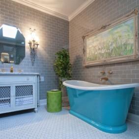 Бирюзовая ванна на керамическом полу