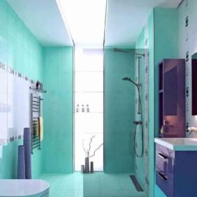 Фиолетовая мебель в бирюзовой ванной