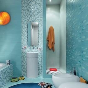 Узкое зеркало на стене ванной