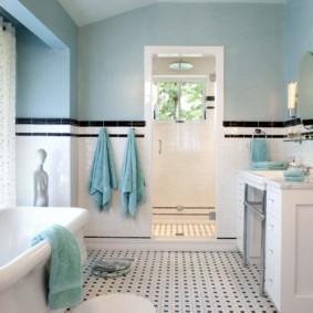 Голубые полотенца на крючках в ванной