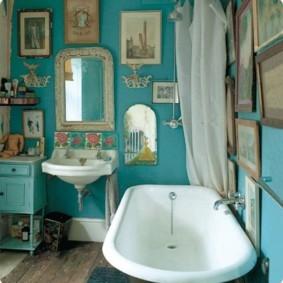 Светлая шторка над акриловой ванной