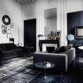 Черно-белая гостиная с высоким потолком