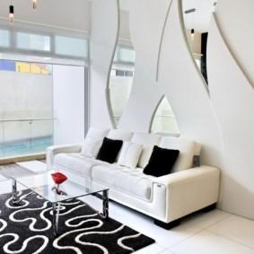 Черный подушки на белом диване