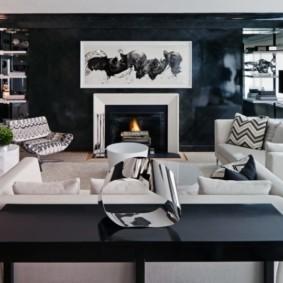 Черно-белая комната с камином