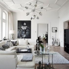 Люстра на белом потолке гостиной