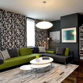 Зеленый диван в интерьере гостиной