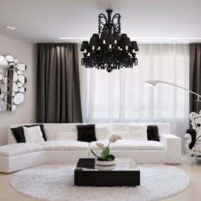 Черная люстра на белом потолке