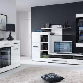 Белая мебель на фоне черной стены