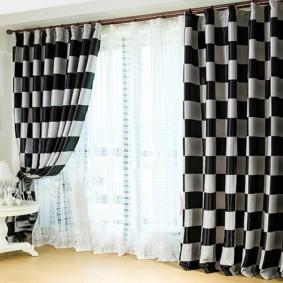 Прямые шторы в черно-белую клетку