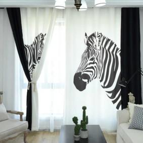 Изображение зебры на шторах в зале