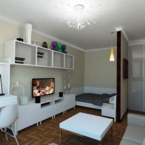 Широкая кровать за перегородкой в квартире