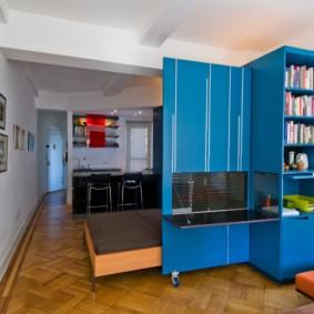 Мебель-трансформер с синими фасадами