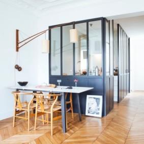 Кухонная зона за стеклянными перегородками