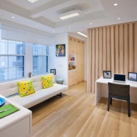 Деревянный пол в квартире с большим окном