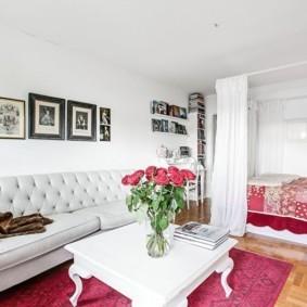 Фотографии в рамках над диваном в гостиной