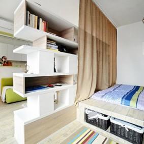 Книжный стеллаж между спальной и гостиной зонами