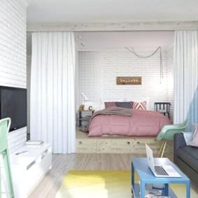 Зонирование общей комнаты светлыми шторами