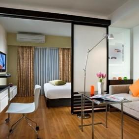 Яркие оранжевые подушки на сером диване