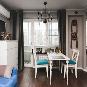 Узкий стол в кухонной зоне