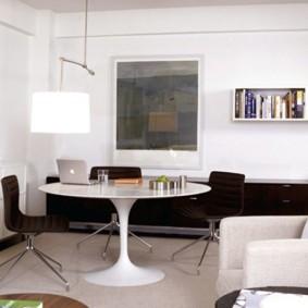 Круглый стол из белого пластика