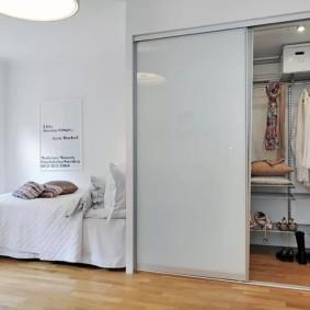 Раздвижные двери в гардеробной комнате