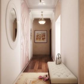 Длинный холл с круглым зеркалом