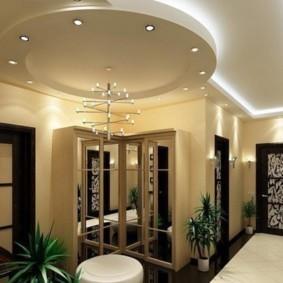 Интерьер холла с многоуровневым потолком