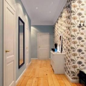 Дощатое покрытие пола в длинном коридоре