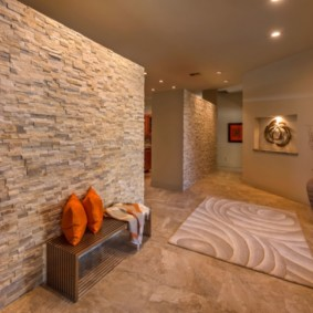 Отделка стены коридора искусственным камнем