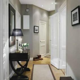 Узкий коридор с изгибом в квартире кирпичного дома