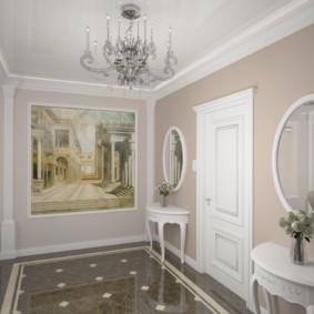 Люстра на потолке коридора в классическом стиле
