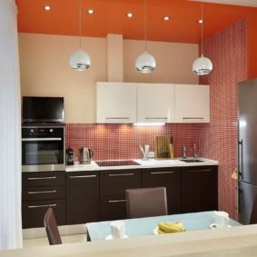 Мозаичная плитка на стене кухни