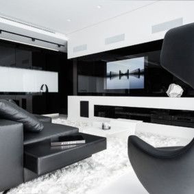 Черная обивка кожаного дивана в гостиной