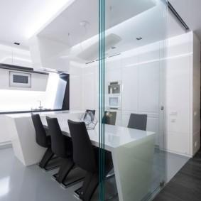 Раздвижная перегородка из прозрачного стекла