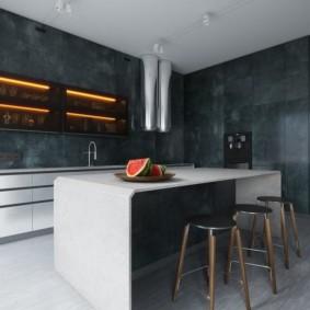 Арбуз на кухонном столе в современной квартире