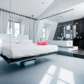 Подвесная кровать в спальной комнате