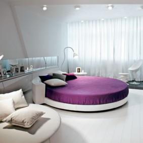Фиолетовое покрывало на круглой кровати