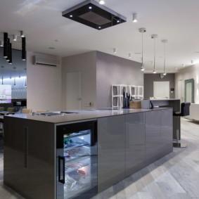 Серый кухонный остров со встроенным холодильником