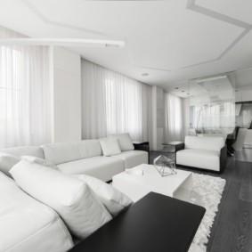 Белый ковер на ламинированном полу