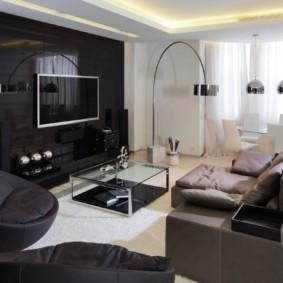 Черная стена в светлой гостиной