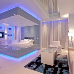 Спальня на подиуме в квартире-студии