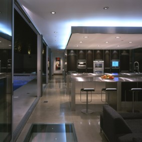 Кухня-гостиная с глянцевыми фасадами