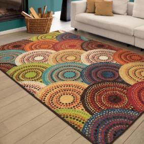 Красивый коврик на полу гостиной