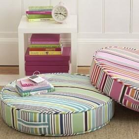 Интерьерные подушки в гостиной комнате