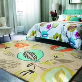 Яркий рисунок на коврике в гостиной