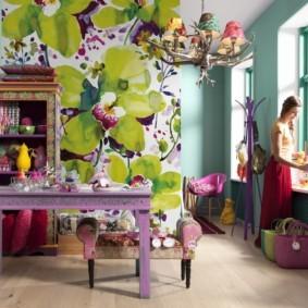 Фотообои с большими цветами в гостиной комнате