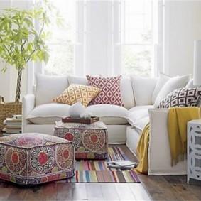 Декор комнаты красивыми подушками